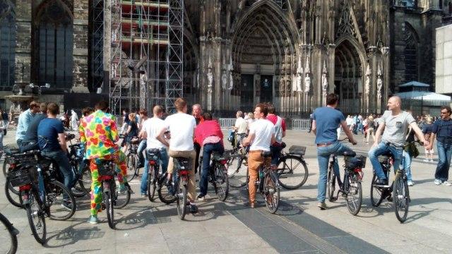 Uitleg van de gids tijdens de fietstour