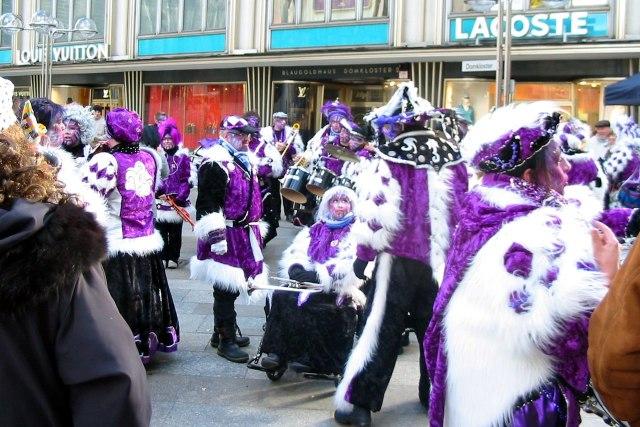 foto: verklede mensen tijdens carnaval van Keulen