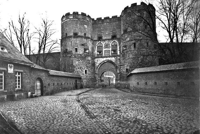 Hahnentorburg in 1880 met de stadsmuren nog overeind