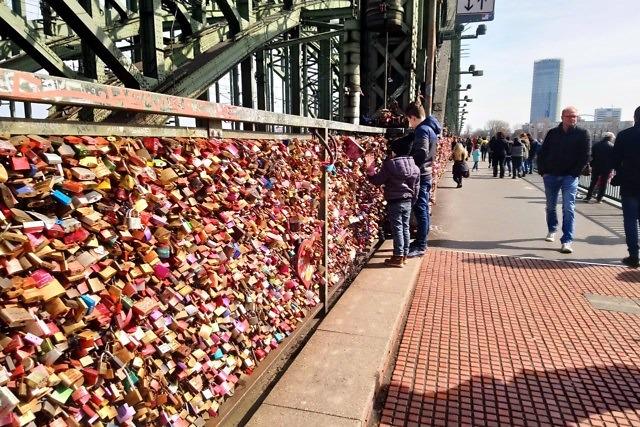 Liefdessloten op de Hohenzollernbrücke