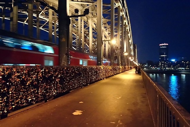 Een trein die over de brug gaat