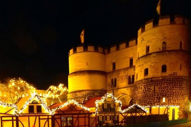 Kerstmarkt voor de Hahnentorburg