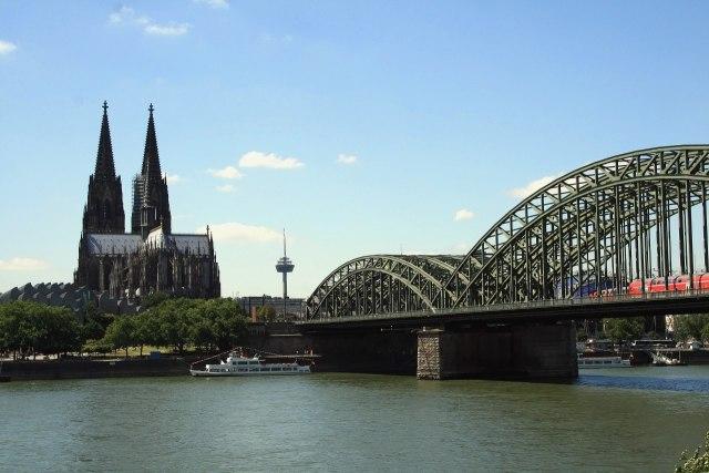 De Dom van Keulen met de Rijn op de voorgrond