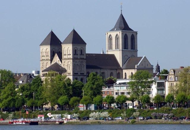 De Sint-Kunibertkerk langs de Rijn