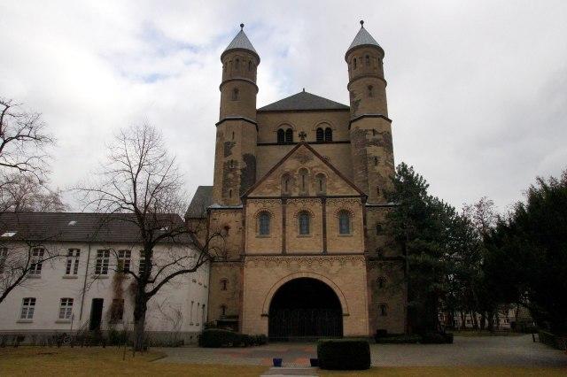 Westelijke gevel met links de kloostergangen