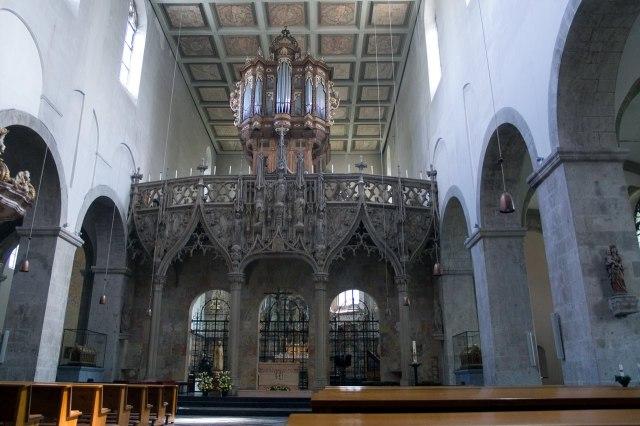 Het doksaal, het orgel en het cassetteplafond