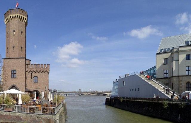 De Malakoffturm en het chocolademuseum aan weerszijden van de ingang van de Rheinauhafen