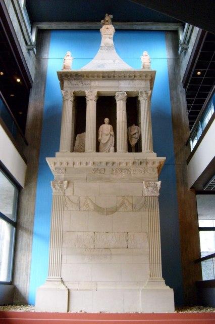 foto: het grafmonument van Lucius Poblicius in het Romeins-Germaans museum van Keulen