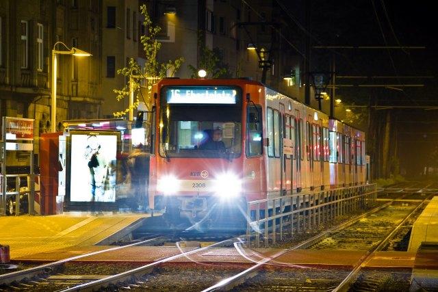 foto: nachtelijke trein Stadtbahn Keulen