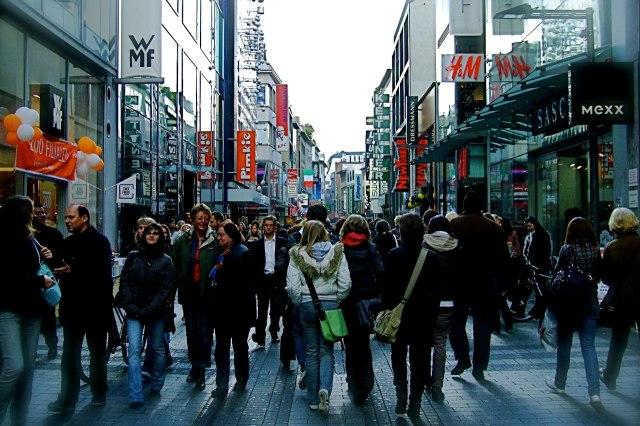 Een drukke winkelstraat in Keulen