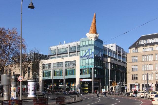 De Neumarkt-Galerie, te herkennen aan het ijsje